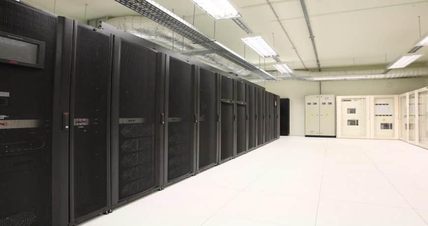 Data Center ¿invertir o externalizar? tiene que atender diversos requerimientos de infraestructura física ontrol de acceso físico, climatización